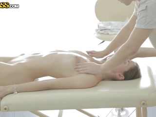 aruna gives something back to her masseuse