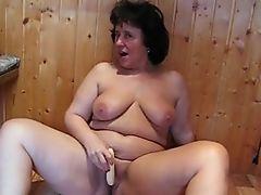 Nackt Putzende mollige Hausfrau