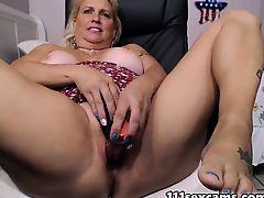Mature blonde fat booty camgirl masturbates on webcam