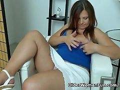 Euro milf Riona needs a masturbation break