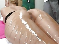 Round ass massage and oily fuck